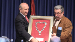 El expresidente del Consejo General de Enfermería, Máximo González Jurado, entregando la distinción al expresidente del Colegio de Enfermería de Cáceres, Isidro Nevado (27/12/2014)