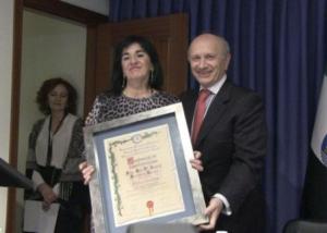 El expresidente del Consejo General de Enfermería, Máximo González Jurado, inviste a Raquel Rodríguez Llanos como presidenta del Colegio de Enfermería de Cáceres.